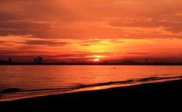 Vue de mer, vue de coucher du soleil, Mountain View et haut hôtel, ciel orange Photos stock