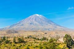 Vue de Misty Volcano à Arequipa, Pérou, Amérique du Sud photographie stock libre de droits
