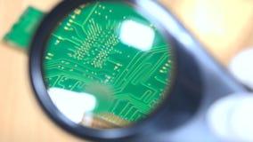 Vue de module de mémoire par la loupe l'ordinateur partie l'expertise de garantie banque de vidéos