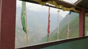 Vue de monastère à haute altitude au Népal, village Prok, voyage de circuit de Manaslu banque de vidéos