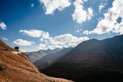 Vue de montagne avec le ciel bleu de la haute route alpine de Grossglockner en Autriche photo stock