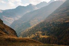 Vue de montagne avec le ciel bleu de la haute route alpine de Grossglockner en Autriche image libre de droits