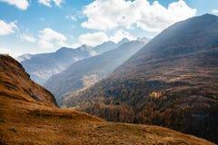 Vue de montagne avec le ciel bleu de la haute route alpine de Grossglockner en Autriche images stock