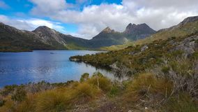 Vue de montagne de berceau de lac dove photographie stock libre de droits