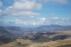 Vue de montagne dans le secteur Cumbria, R-U de lac : lacs et montagnes, ciel bleu et nuages photo libre de droits