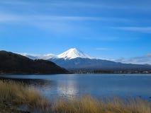 Vue de montagne de Fuji avec le dessus blanc de neige, acti de lac de kawaguchiko Photographie stock libre de droits