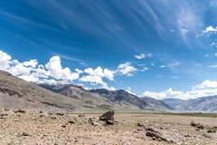 Vue de montagne de l'Himalaya et de pierres sèches Images libres de droits