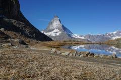 Vue de montagne de Matterhorn avec le premier plan sec en verre et de lac Images stock