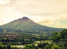 Vue de montagne de Merapi vue du passage de Ketep, Magelang, Indonésie images stock