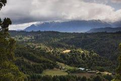 Vue de montagne et de vallée avec la forêt Image libre de droits