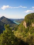 Vue de montagne et de vallée avec le lac bleu Image stock