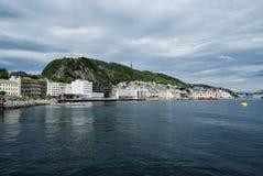 Vue de montagne et de ville de l'eau de mer dans Alesund, Norvège photographie stock libre de droits