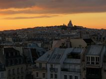 Vue de Montmartre du centre Georges Pompidou pendant le coucher du soleil Images libres de droits