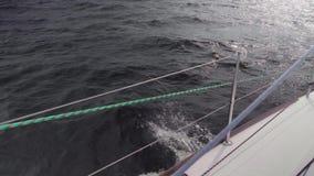 Vue de mouvement lent d'éclaboussure de l'eau Vue de panneau de yacht de navigation de yacht banque de vidéos