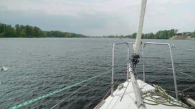 Vue de mouvement lent du yacht antérieur sur la berge et l'eau Fermez-vous du furler de beaupré et de potence banque de vidéos