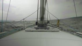 Vue de mouvement lent de littoral, d'eau orageuse de rivière et de bateaux là-dessus Vue d'habitacle d'aycht banque de vidéos