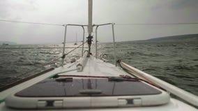 Vue de mouvement lent de littoral, d'eau orageuse de rivière et de bateaux là-dessus Vue de panneau de yacht de navigation banque de vidéos