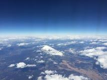 Vue de Mt Fuji avec le ciel bleu et les nuages clairs, en dehors de la fenêtre plate en se dirigeant à Hong Kong, aéroport de Han Photographie stock libre de droits