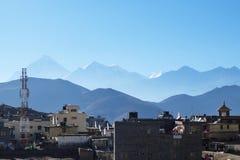 Vue de Muktinath à l'arrière-plan de la silhouette du il Image libre de droits