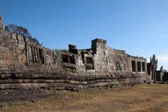 Vue de mur effondré au temple du 11ème siècle de Preah Vihear Photo libre de droits