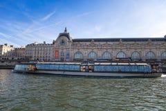 Vue de musée d'Orsay de rivière la Seine à Paris, France photographie stock