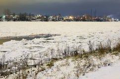 Vue de Neva River à la soirée photographie stock libre de droits