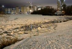 Vue de Neva River à la soirée photos stock
