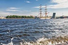 Vue de Neva River et d'un voilier dans le St Petersbourg Images libres de droits
