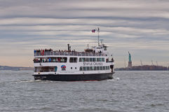 Vue de New York sur la statue de la liberté et la statue Cruis photographie stock