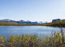Vue de Nikkaloukta vers la gamme de plus haute montagne du ` s de la Suède avec Kebnekaise comme sommet le plus élevé photos stock
