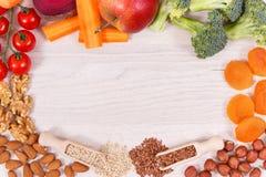 Vue de nourriture saine pour la puissance et la bonne mémoire, minerais naturels contenants de consommation nutritive images libres de droits