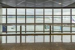 Vue de nouveau hall moderne de départ avec la fenêtre au tablier Images stock