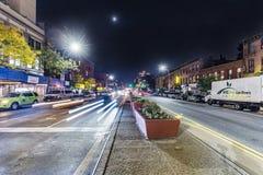 Vue de nuit à Brooklyn de rue principale avec des phares des voitures Images stock