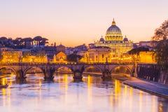 Vue de nuit à la cathédrale de rue Peter à Rome, Italie Images stock
