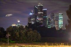 Vue de nuit au centre international MIBC d'affaires de Moscou de Fili Photo stock
