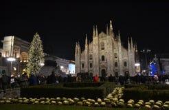 Vue de nuit au concert de nouvelle année à la place de Duomo avec beaucoup de présent de personnes photos stock