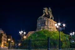 Vue de nuit au monument de cavalier au getman Bogdan Khmelnitskiy dessus Image libre de droits