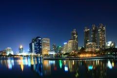Vue de nuit au parc Bangkok de Benjakiti Images stock