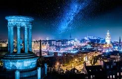 Vue de nuit avec des étoiles de colline de Calton vers Edimbourg, Ecosse photos libres de droits
