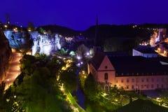 Vue de nuit avec la bosselure la Creuse dans les lumières, Luxembourg Images stock