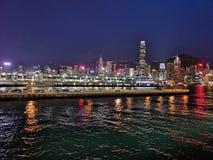 Vue de nuit chez Victoria Harbour chez Hong Kong Photo libre de droits