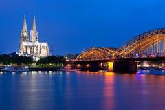 Vue de nuit Cologne au-dessus de la rêne image libre de droits