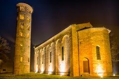 vue de nuit d'église paroissiale antique Images libres de droits