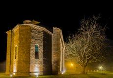 vue de nuit d'église paroissiale antique Photos libres de droits