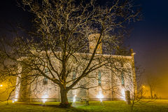 vue de nuit d'église paroissiale antique Image stock