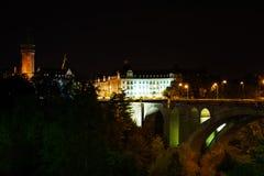 Vue de nuit d'Adolphe Bridge, caisse d'épargne d'état Photo stock