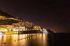 Vue de nuit d'Amalfi Images stock