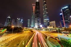Vue de nuit d'avenue de siècle et de gratte-ciel, Changhaï, Chine Photographie stock