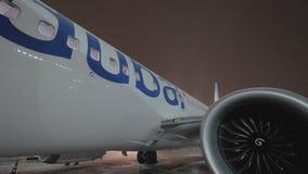Vue de nuit d'avion de Flydubai avec le pont d'embarquement clips vidéos