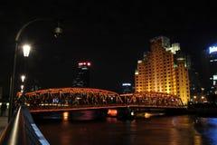 Vue de nuit d'hôtel de manoirs de Broadway et de pont de Waibaidu Photographie stock